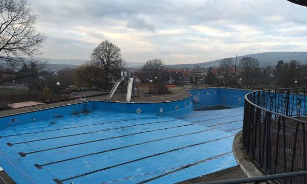 Aquaphobie leeres Schwimmbad